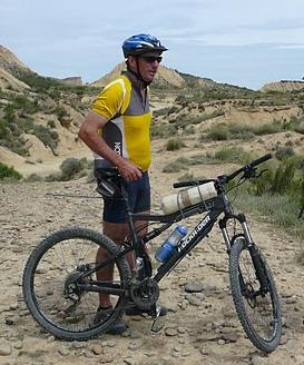moi même en VTT avec en fond un paysage du desert des  Bardennas